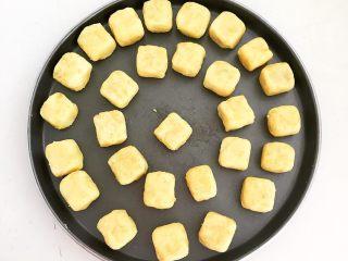 美味小零食   无油版红薯椰香小方,再把红薯球用手调整成1.5㎝厚的小方块,做成红薯饼坯