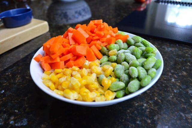 鸡肉蔬菜杯, 胡萝卜丁<a style='color:red;display:inline-block;' href='/shicai/ 4802'>玉米粒</a><a style='color:red;display:inline-block;' href='/shicai/ 67'>毛豆</a>都是超市买的成品,备好。