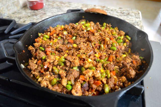 鸡肉蔬菜杯,加入辣椒,再炒一分钟。