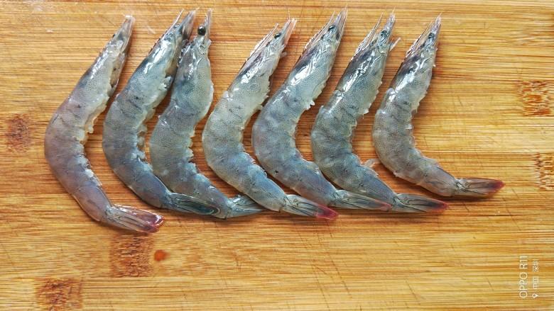 油焖大虾,背部切一小刀,用牙签挑出虾线清洗干净备用