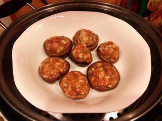 香菇镶鲜肉丸,香菇镶鲜肉丸依次做好盖上保鲜膜放入蒸锅大火蒸15分钟