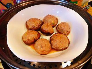 香菇镶鲜肉丸,蒸好的香菇取下保鲜膜香浓的味道四处飘香