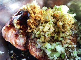 香菇镶鲜肉丸,放入调味料一品鲜酱油、蚝油、盐、味精