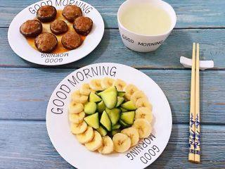香菇镶鲜肉丸,早餐当然少不了水果和爽口的青瓜