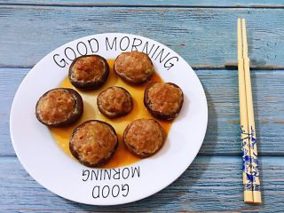 香菇镶鲜肉丸,美味可口的香菇镶鲜肉丸装入盘中淋上原汁原味的汤汁棒极了
