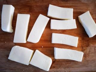 炸牛奶,用刀将奶冻切成小块