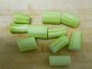 蒜蓉蒸丝瓜,丝瓜切段。