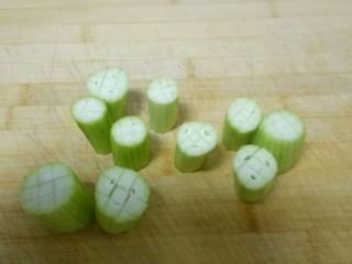 蒜蓉蒸丝瓜,竖着切井字刀,别切段。