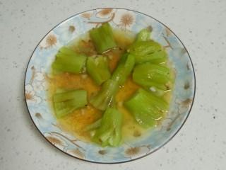 蒜蓉蒸丝瓜,水开后蒸5分钟。
