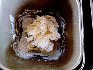 蔓越莓沙琪玛,开启面包机和面程序10分钟,如果没有面包机,可以手工揉面,揉的过程会有点粘手,手上抹一些玉米淀粉防粘。