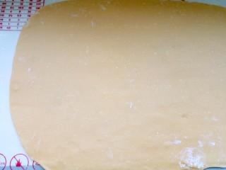 蔓越莓沙琪玛,将面团擀开,擀成3-4毫米厚度。