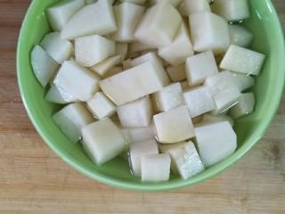 麻辣土豆鸡块,土豆切成小块用凉水浸泡,多冲几次。