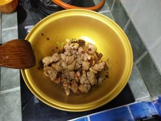 麻辣土豆鸡块,炒出香味加入鸡肉继续翻炒2分钟