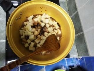麻辣土豆鸡块,加入生抽,老抽,白糖翻炒均匀