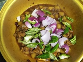 麻辣土豆鸡块,汤汁收的差不多加入青椒,洋葱翻炒一下,闷1分钟,加少许鸡精