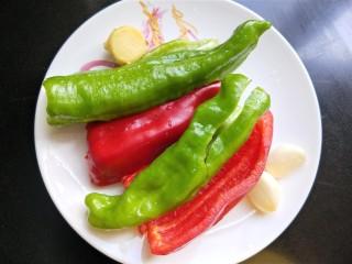 辣炒鸡胗,准备青椒,红椒,生姜,大蒜,洗净备用。
