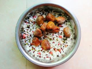杂豆蜜枣粽,将糯米和杂豆混合均匀,把蜜枣放面上,方便包。