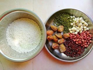 杂豆蜜枣粽,第一步先准备好材料,大家有其它喜欢的材料,也可以添加进去的