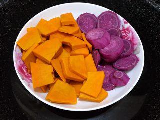 芋圆红豆烧仙草,南瓜、紫薯去皮切片后,隔水蒸20分钟