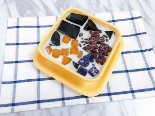 芋圆红豆烧仙草,摆入过凉的芋圆和蜜红豆