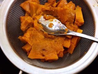 芋圆红豆烧仙草,南瓜在筛网里压成泥加入5克糖