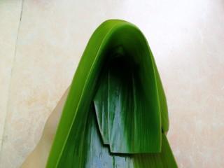 杂豆蜜枣粽,像上图这样将粽叶折起来