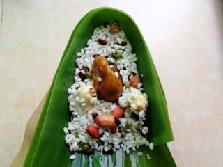 杂豆蜜枣粽,放入一半的杂豆和糯米,中间放一颗蜜枣