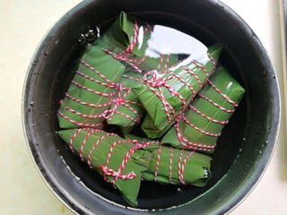 杂豆蜜枣粽,全部粽子包好后,放入高压锅,水要盖过粽子(我今天这些材料做了八个如图中大小的粽子)高压锅压50-60分钟,开盖后可以试一下,如果觉得不够熟,可以再压一次,把底部和上面的粽子换个位置就好