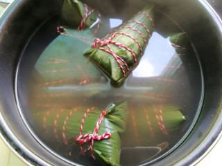 杂豆蜜枣粽,这是刚出炉的,新鲜的粽叶包的,做好还是绿油油的