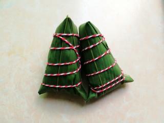杂豆蜜枣粽,然后用绳子绑好,打个活结