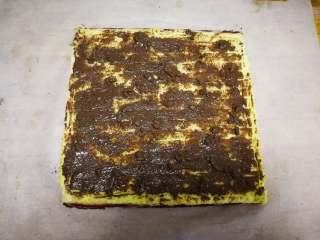 旋风蛋糕卷[红丝绒],正卷反卷不一样的效果,喜欢哪种自己选择。我另一个食谱可可旋风卷是用的反卷。 尾部切一斜边,我铺的是榛子巧克力酱,也可以铺奶油或果酱。卷起来,借助擀面杖可以卷的更紧一点。