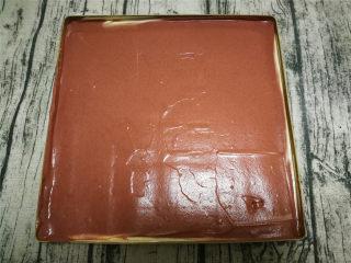旋风蛋糕卷[红丝绒],用刮板刮平。