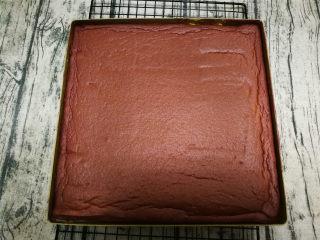 旋风蛋糕卷[红丝绒],烤好取出稍微晾凉,取出用脱模刀在模具周围划一圈,使蛋糕与模具分离。倒扣到晾网上稍微放凉撕下油纸。我放晾网上有了压痕,不想要这种痕迹的在板子上撕下油纸,再另一面放到晾网上。