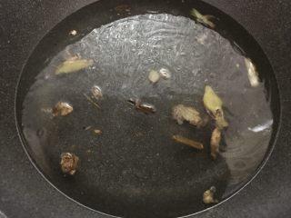 花式擺盤,鮮甜白灼蝦,調小火,加入水,水量大概半鍋。注意調小火是因為大火倒入水會燒起來。必須調小火。
