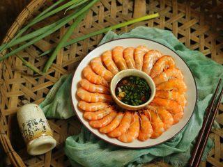 花式擺盤,鮮甜白灼蝦,把蝦尾向外疊圍一圈,中間倒入味碟。完成了。