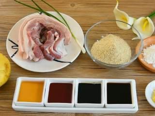 粉蒸肉—软软糯糯,肥而不腻入口即化, ·食材· 【主料】五花肉 200克|蒸肉米粉 250克 【辅料】:生抽 2勺|老抽 1勺|土豆 1个|腐乳汁 1勺|淀粉 2勺|料酒 2勺|生姜 适量|香葱 少许