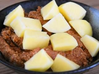 粉蒸肉—软软糯糯,肥而不腻入口即化,肉皮朝下摆入碗中,再铺上土豆。
