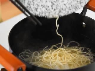 平常汤面吃腻了?换这种拌面绝对让你吃到过瘾。,   面条下锅,煮熟捞出。