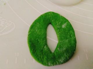人见人爱的豌豆荚馒头,先把圆形面胚对折,用厨房专用剪刀剪一个洞,剪好摊开就是图片上的形状