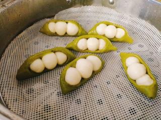 人见人爱的豌豆荚馒头,冷水上锅,大火煮开后转小火蒸10分钟即可,焖5分钟