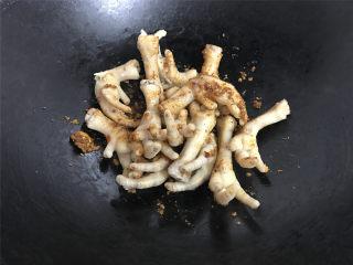 香辣鸡爪,放入焯过水的鸡爪一起翻炒,让鸡爪裹上调味料。