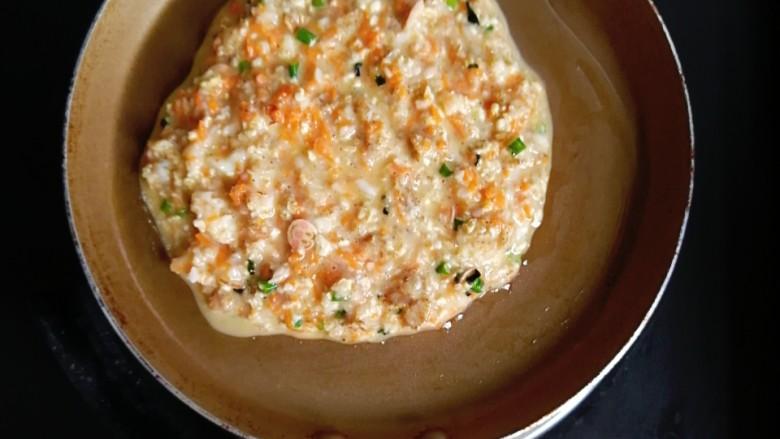 燕麦虾仁蛋饼,不粘锅刷一层油,倒入所有燕麦糊,小火慢煎