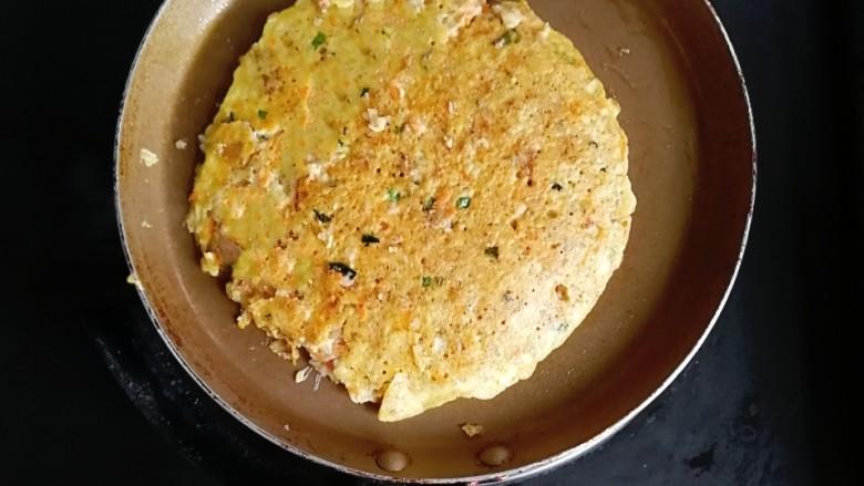 燕麦虾仁蛋饼,煎至两面微黄即可出锅(翻面一定要小心,不然容易散)