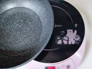 消暑祛湿&红豆彩色芋圆,之后开始煮芋圆了哈!锅中加入纯净水,启动电磁炉。