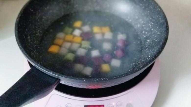 消暑祛湿&红豆彩色芋圆,水开后放入彩色芋圆,煮熟,漂浮在水面上即可关火,焖5分钟,捞出用冷纯净水泡5分钟。这样芋圆更筋道,又嚼劲。