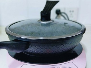 消暑祛湿&红豆彩色芋圆,盖上盖子,将水烧开。