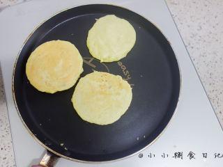 酵母版香蕉松饼,翻面也煎一下成黄色就是可以了