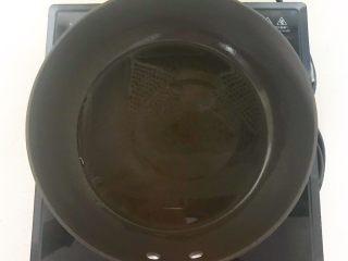 花样炒饭  什锦虾仁豆豉炒饭,炒锅烧热后加入1勺花生油