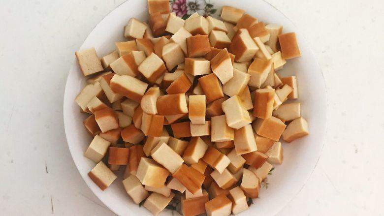 花样炒饭  什锦虾仁豆豉炒饭,把豆干切成1㎝见方的小丁