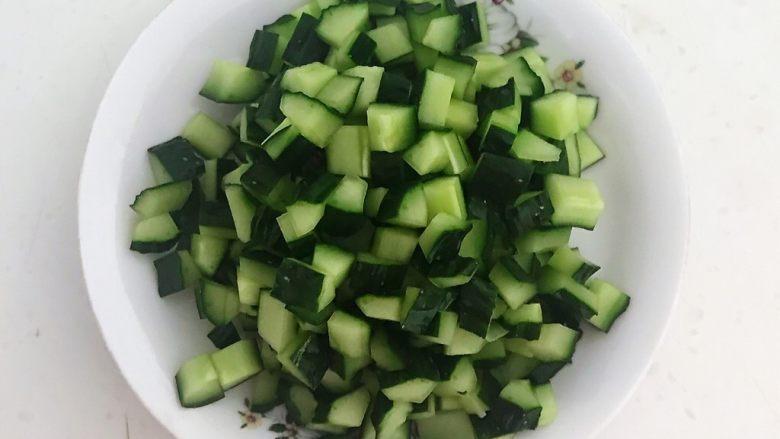 花样炒饭  什锦虾仁豆豉炒饭,把黄瓜切成小丁